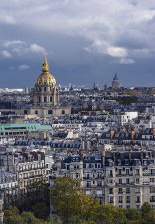 Two domes in Paris. Covered in gold belongs to Army Museum. In distance is Pantheon 版權商用圖片 - 134332220