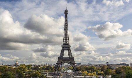 Eiffel Tower on a cloudy autumn day 版權商用圖片 - 134332223