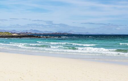 Beach in Fuerteventura, one of Canary Islands. On the horizon there is Island of Lanzarote 版權商用圖片 - 141086252