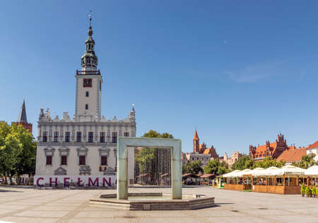Chelmno, Poland - August 12, 2020: Main square in old town on a summer day. There is a fountain in the center and old city hall on the left 版權商用圖片 - 153502117
