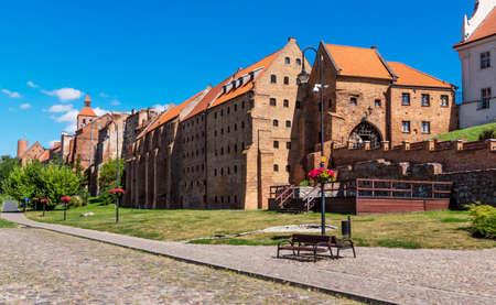 GrudziÄ…dz granaries and gate in old city walls 新聞圖片