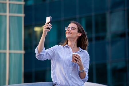 Business woman using her mobile phone Imagens