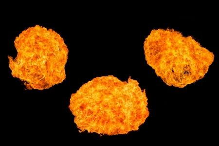 黒に分離されたプロパンの火の玉の爆発