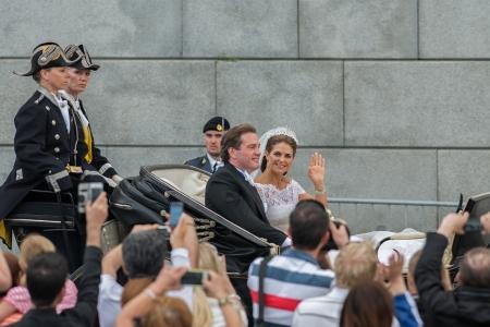 chris: ESTOCOLMO, Suecia - 08 de junio: la princesa Madeleine y Chris O'Neill paseo en un coche en el camino a riddarholmen despu�s de su boda en Slottskyrkan. 08 de junio 2013, Estocolmo, Suecia Editorial
