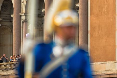 chris: ESTOCOLMO, Suecia - 08 de junio: La boda real entre la princesa Magdalena y Chris O'Neill y la gente toma fotos durante el paso. 08 de junio 2013, Estocolmo, Suecia Editorial
