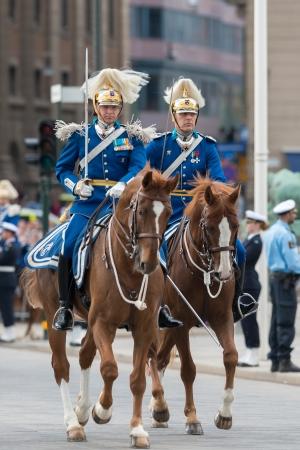 chris: ESTOCOLMO, Suecia - 08 de junio: La boda real entre la princesa Magdalena y Chris O'Neill y los guardias reales antes del transporte. 08 de junio 2013, Estocolmo, Suecia Editorial