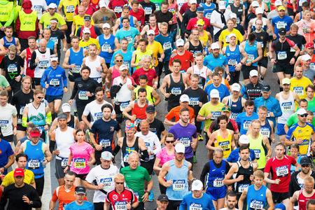 5 月 31 日、ストックホルム: アシックス ストックホルム マラソン 2014年の開始後のランナーのグループ。2014 年 5 月 31 日、ストックホルム、スウェ