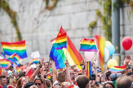 ストックホルム - 8 月 2 日: 幸せな群衆フーンスガタンでストックホルム プライド パレード中に虹のフラグを振っています。2014 年 8 月 2 日ストック
