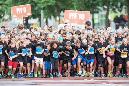 lilla: STOCKHOLM - AUG, 16: Chaotic when the young kids start in the Midnight Run for children (Lilla Midnattsloppet) event. Aug 16, 2014 in Stockholm, Sweden