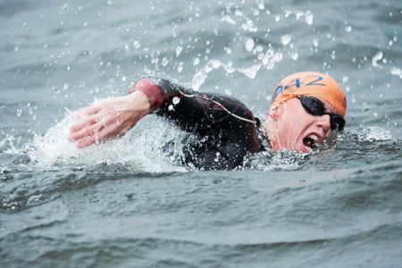 ストックホルム、スウェーデンで 2014 年 8 月 23 日メンズ ITU 世界トライアスロン シリーズ イベントで冷たい水で泳ぐメンズでコナー Murphy のストッ