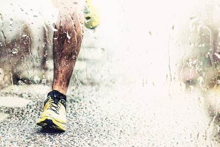 クローズ アップ マン アスファルト雨の天気、適用されているフィルターに触れる足