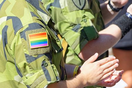 militaire sexy: Stockholm, Su�de - 1 ao�t 2015: arm�e su�doise avec arc insigne sur la manche de camouflage � la parade Pride � Stockholm. Environ 400.000 spectateurs dans les rues.