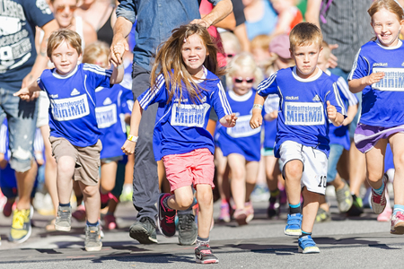 lilla: STOCKHOLM, SWEDEN - AUGUST 15, 2015: Start of one of many starts at the Minimil for the youngest runners at Midnattsloppet. The track is 300 meters and the runners are aged 2-8 years.