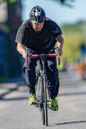 amateur: ESTOCOLMO - 23 de agosto 2015: Mayor ciclista triatleta amateur en vista frontal en el evento ITU Triathlon World en Estocolmo. Editorial