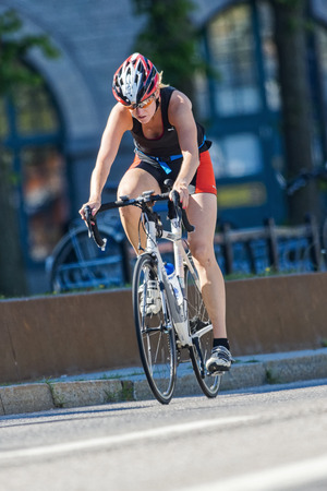 amateur: ESTOCOLMO - 23 de agosto 2015: Ciclista triatleta amateur en alta velocidad en el evento ITU Triathlon World en Estocolmo.