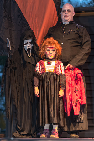 fester: STOCKHOLM, SWEDEN - OCT 31, 2015: Family in the costume competition at the Halloween parade Shockholm in Kungstradgarden