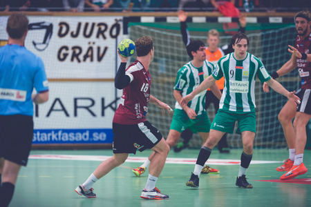 balonmano: ESTOCOLMO, SUECIA - 04 de noviembre 2015: Juego de Balonmano entre Hammarby vs Lugi en Eriksdalshallen. Allsvenskan sueca leugue