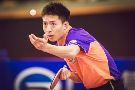 jugando tenis: Estocolmo, Suecia - Nov 15 de, 2015: partido Final en doble entre Zhendong, Jike (CHI) y Bo, Xin (CHI) en el SOC torneo de tenis de mesa en la arena Eriksdalshallen.