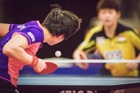 jugando tenis: Estocolmo, Suecia - Nov 15 de, 2015: partido Final en doble entre Ye, Yihan (SIN) y Meng, Zi (CHI) en el SOC torneo de tenis de mesa en la arena Eriksdalshallen.