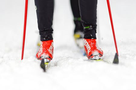ストックホルム, スウェーデン - 2016 年 1 月 24 日: クローズ アップ スキー ランナーの fet とノルディック スキーの古典的なスタイルでスキー マラソ