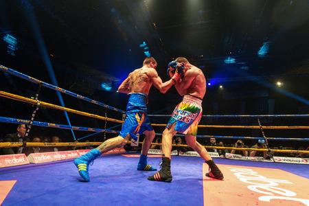 cerillos: Estocolmo, Suecia - 23 de abril, 2016: el título IBO combate de boxeo entre Erik Skoglund (SWE) y Ryno Liebenberg (RSA) de peso semipesado. Erik Skoglund ganó