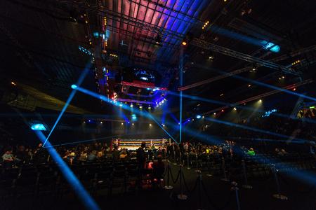 Estocolmo, Suecia - 23 de abril, 2016: La Arena Hovet con el ringside en luces brillantes durante la noche Lucha nórdica Editorial