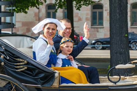 corona princesa: Estocolmo, Suecia - 6 de junio 2016: cortejo real con la princesa heredera Victoria y el príncipe Daniel, con su hija, la princesa Estelle. Realeza sueca en el camino a Skansen.