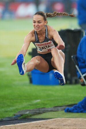 salto de longitud: Estocolmo, Suecia - 16 de junio, 2016: Ksenija Balta en salto de longitud en el Diamond League de la IAAF en Estocolmo.