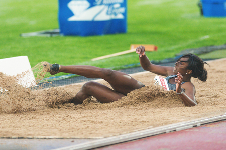 salto largo: Estocolmo, Suecia - 16 de junio, 2016: Khaddi Sagnia las mujeres en el salto de longitud en la Diamond League de la IAAF en Estocolmo.