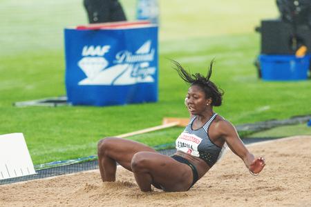 salto de longitud: Estocolmo, Suecia - 16 de junio, 2016: Khaddi Sagnia las mujeres en el salto de longitud en la Diamond League de la IAAF en Estocolmo.