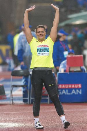 lanzamiento de disco: Estocolmo, Suecia - 16 de junio, 2016: Feliz Sandra Perkovic en las mujeres lanzamiento de disco en el Diamond League de la IAAF en Estocolmo. Ganador Editorial