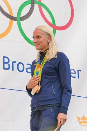 bandera de suecia: Estocolmo, Suecia AUG - 21 de, 2016: medallistas Olímpicos de Río se celebró en Kungstradgarden. El nadador Sarah Sjöström, oro, plata y bronce Editorial