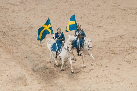 Solna, Schweden - 26. November, 2016: Montiert königlichen Wachen mit Schweden Fahnen auf den Preis cermony mit Prinz Carl Philip in der ponny Springen beim Sweden International Horse Show in Friends Arena. Editorial