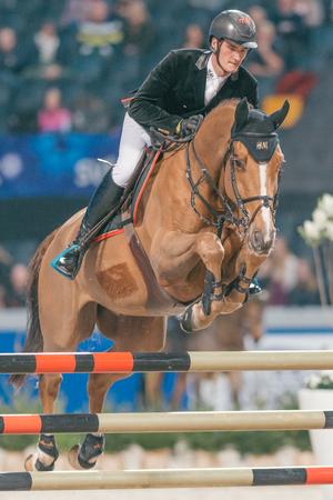 uomo a cavallo: SOLNA, SWEDEN - NOV 27, 2016: Sweden Masters Last Man Standing in the Sweden International Horse Show at Friends arena.
