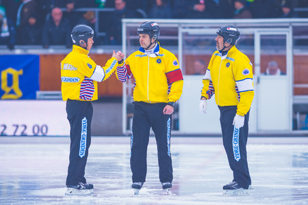 arbitros: STOCKHOLM, SWEDEN, JAN 22: Captains and referees before the bandy game between Hammarby and Bollnas. Hammarby won with 6-1 at Zinkensdamm