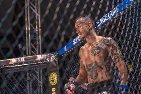 ESTOCOLMO, SUECIA - 1 DE ABRIL DE 2017: Lucha de MMA entre Thomas Hytten contra Fernando Flores en el desafío superior 15 en Eriksdalshallen en Estocolmo. Flores ganó por decisión