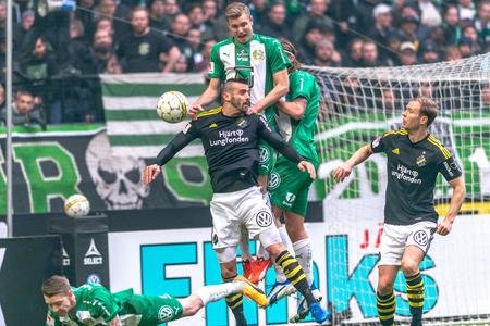 ganado: SOLNA, SUECIA - 17 DE ABRIL DE 2017: Juego áspero en el partido derby entre AIK y Hammarby IF en el estadio nacional Friends Arena en Solna. Hammarby ganó con 2-1