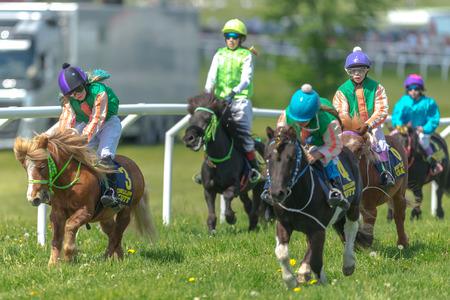 STOCKHOLM, SCHWEDEN - 6. JUNI 2017: Ponys Rennen bei voller Geschwindigkeit bei Gardet. Nationaler Tag 6. Juni.