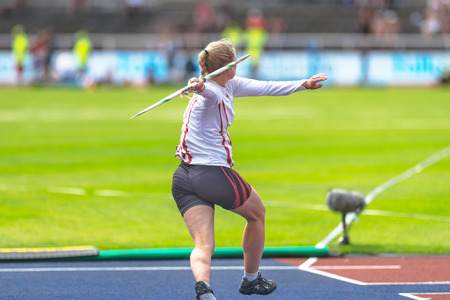 STOCKHOLM, ZWEDEN - 18 JUNI 2017: Vrouwelijke spieswarmopwarming bij de IAAF Diamond League in Stockholm.