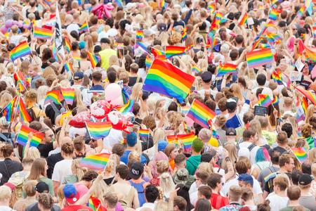 STOCKHOLM ZWEDEN, 5 AUGUSTUS, 2017: Trotsparade in Stockholm met gelukkige mensen en golvende vlaggen. Ongeveer 45 000 deelnemers aan de parade. Redactioneel