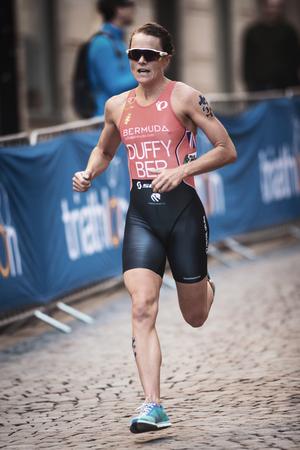 ESTOCOLMO, SUECIA - 26 DE AGOSTO DE 2017: Ganador Flora Duffy (BER) que lleva el funcionamiento en la serie para mujer del triatlón de ITU. Distancia olímpica femenina Editorial