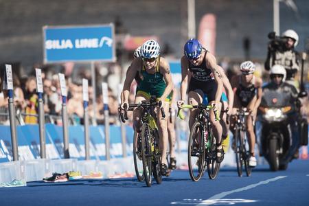 ESTOCOLMO, SUECIA - 26 DE AGOSTO DE 2017: Perseguimiento del grupo que completa un ciclo en las series para mujer del triathlon de ITU. Distancia olímpica femenina