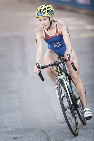 ESTOCOLMO, SUECIA - 26 DE AGOSTO DE 2017: Valentina Riasova (RUS) que completa un ciclo en la serie para mujer del triathlon de ITU. Distancia olímpica femenina Editorial