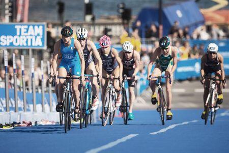 STOCKHOLM, ZWEDEN - 26 AUGUSTUS, 2017: Het achtervolgen van groep het cirkelen in de ITU van de vrouwen triatlonreeks. Olympische afstand dames.