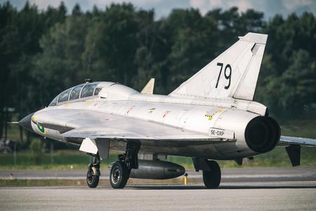 オレブロ, スウェーデン-9 月2日, 2017: ドラケンオレブロ空港での航空ショーの準備をします。ヒストリック airoplanes 報道画像