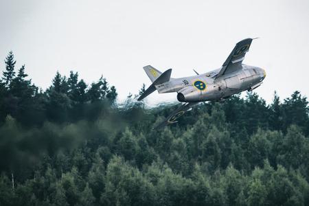 エーレブルー, スウェーデン - 9 月 2、2017: J 29 テュナン エレブルー空港での航空ショーでの休みを取る。歴史的な airoplanes