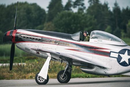 エーレブルー, スウェーデン - 9 月 2、2017: マスタング課税をエレブルー空港での航空ショー。歴史的な airoplanes 報道画像