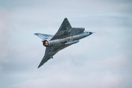 エーレブルー, スウェーデン - 9 月 2、2017: ドラケン エレブルー空港での航空ショーで離陸後。歴史的な airoplanes