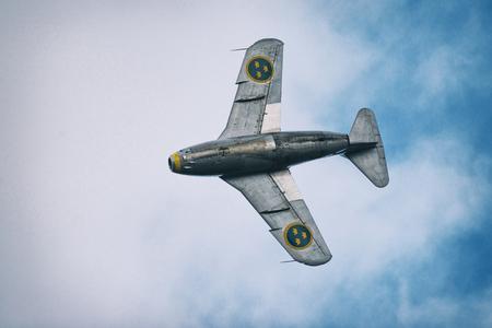 オレブロ、スウェーデン-9 月2日、2017: J 29 Tunnan オレブロ空港の航空ショーの空気中で。ヒストリック airoplanes 報道画像