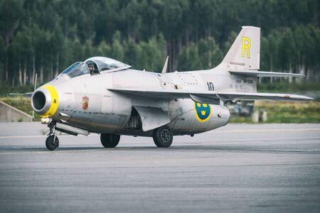 オレブロ、スウェーデン-9 月2、2017: J 29 Tunnan オレブロ空港での航空ショーに着陸した後。ヒストリック airoplanes